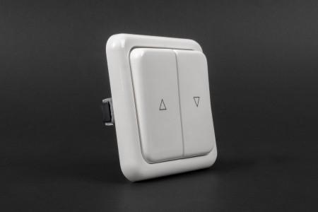Latching button switch, flush mounted