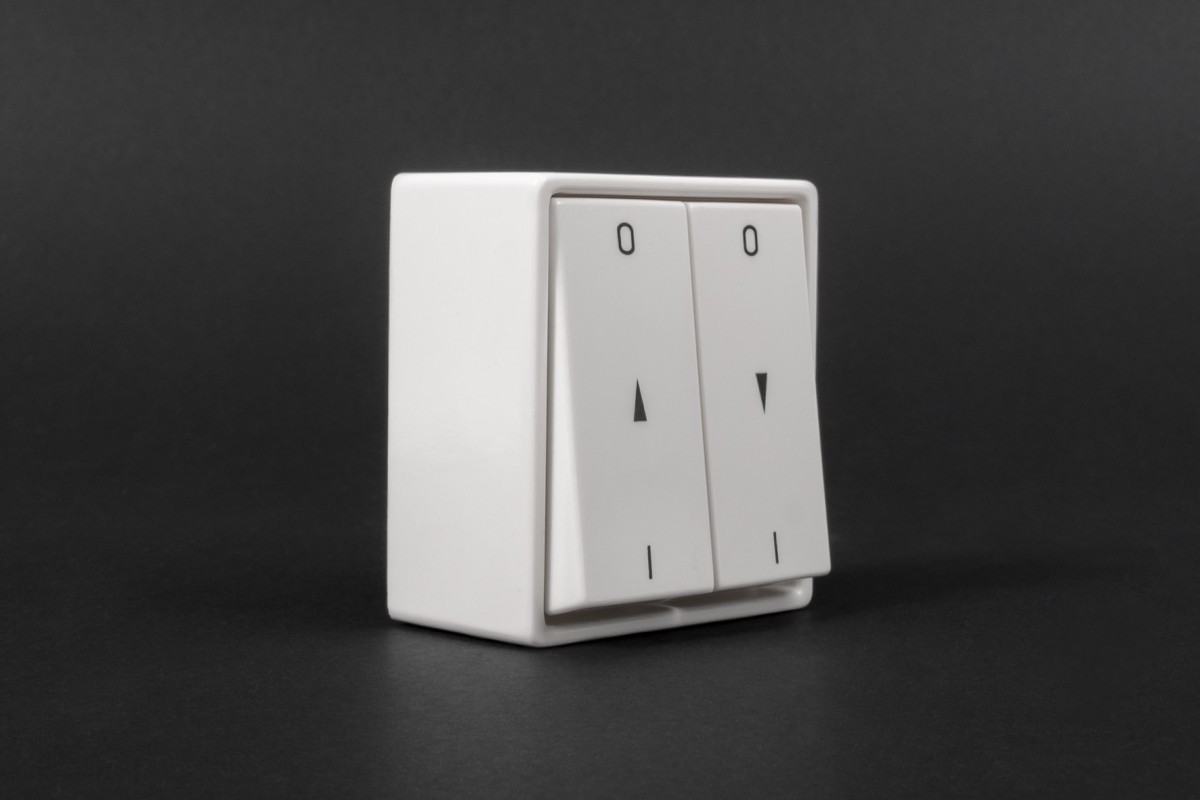 Latching button switch, wall mounted