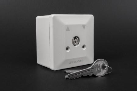 Przełącznik kluczykowy natynkowy, uniwersalny, szary